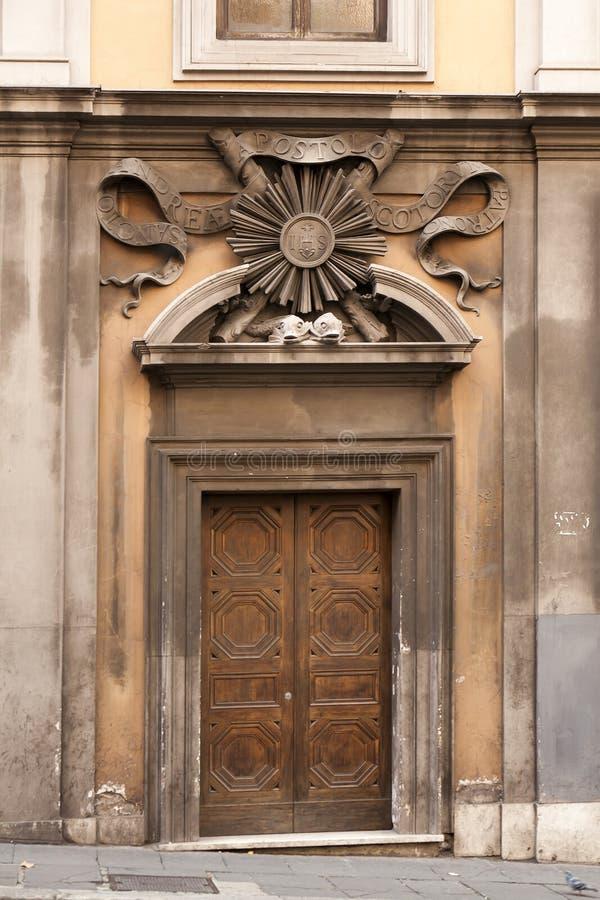 Vieja puerta de madera clásica antigua en Roma, Italia fotografía de archivo