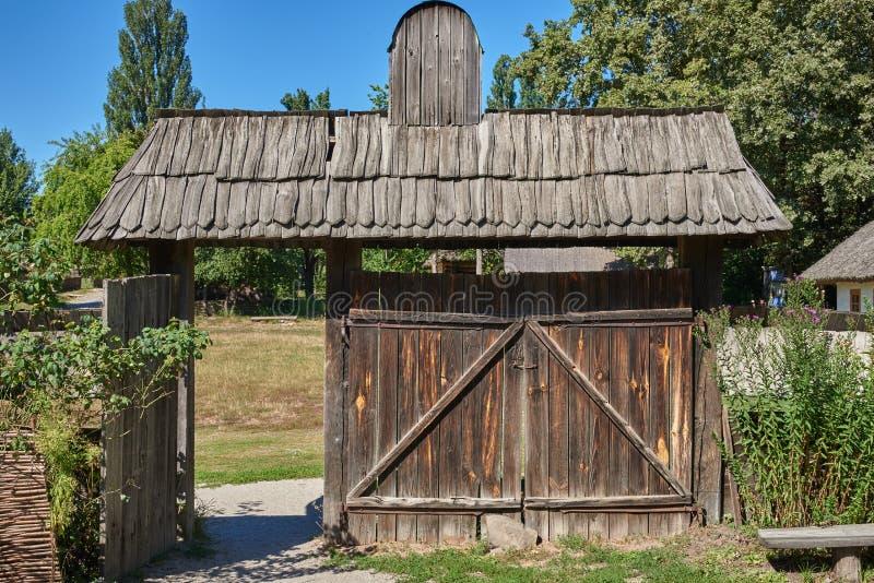 Vieja puerta de madera con un tejado de madera imagen de for Puerta vieja madera