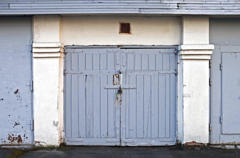 Vieja puerta de madera del garage imagen de archivo