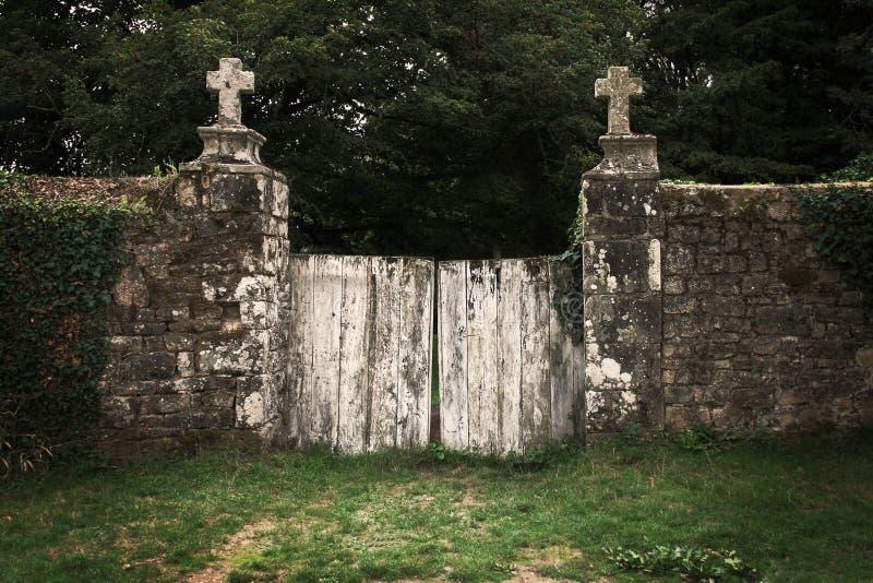 Vieja puerta del cementerio fotografía de archivo libre de regalías