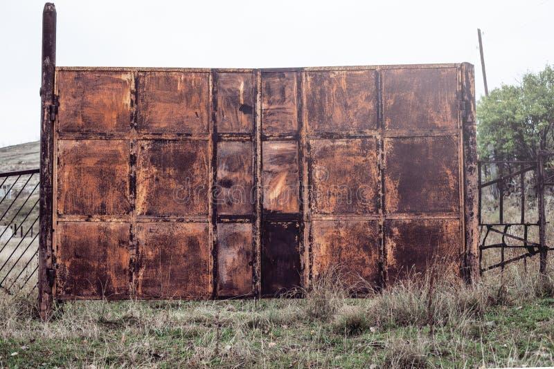 Vieja puerta del metal fotos de archivo