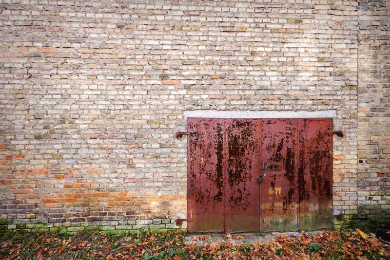 Vieja puerta del metal fotografía de archivo