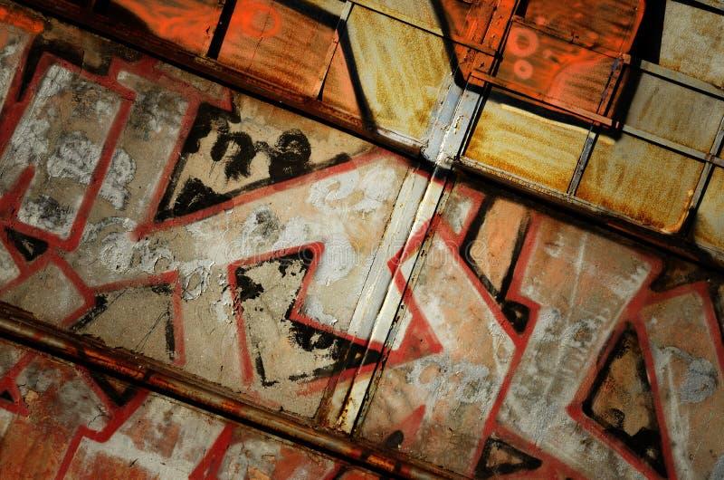 Vieja puerta del metal oxidado dramático del grunge - fondo industrial foto de archivo libre de regalías