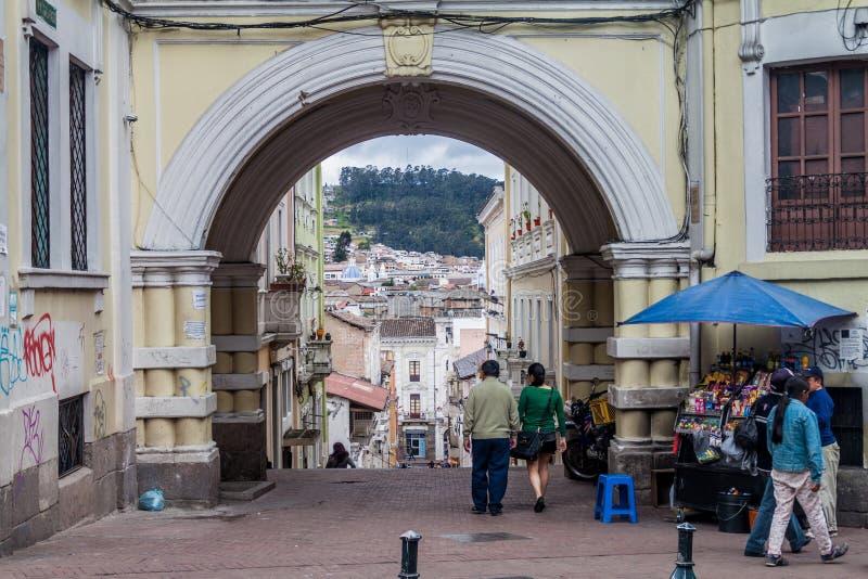 Vieja puerta en el centro de Quito imagenes de archivo