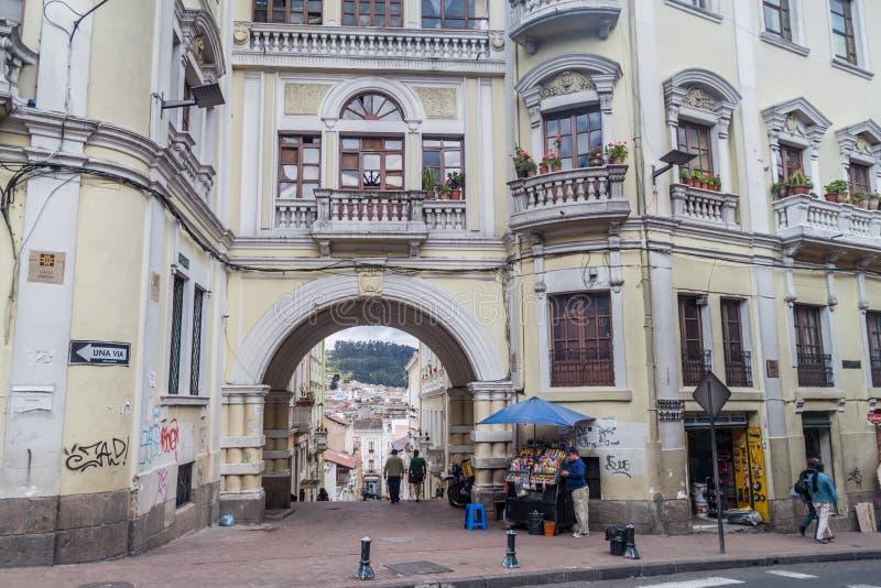 Vieja puerta en el centro de Quito fotografía de archivo