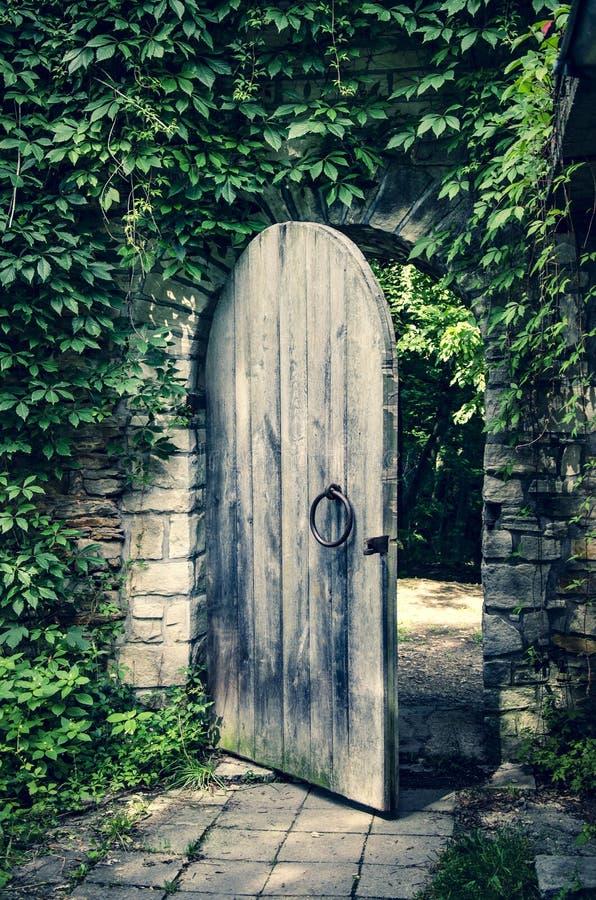 Vieja puerta en la pared de piedra medieval del castillo imagen de archivo libre de regalías