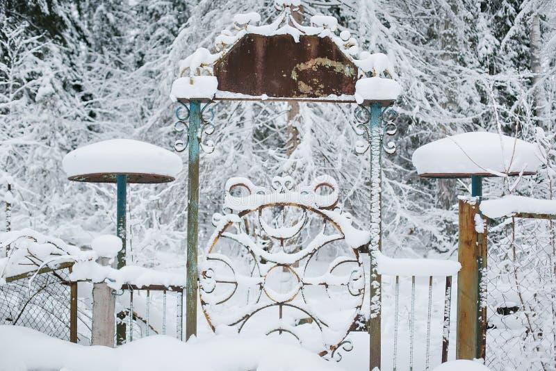 Vieja puerta en un fondo del bosque nevado fotos de archivo libres de regalías