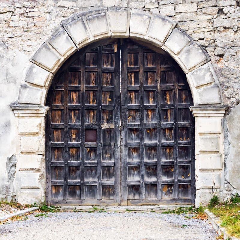 Vieja puerta hermosa en el fondo de la pared de piedra Primer Configuración foto de archivo libre de regalías