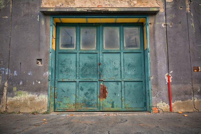 Vieja puerta industrial del metal imagen de archivo libre de regalías