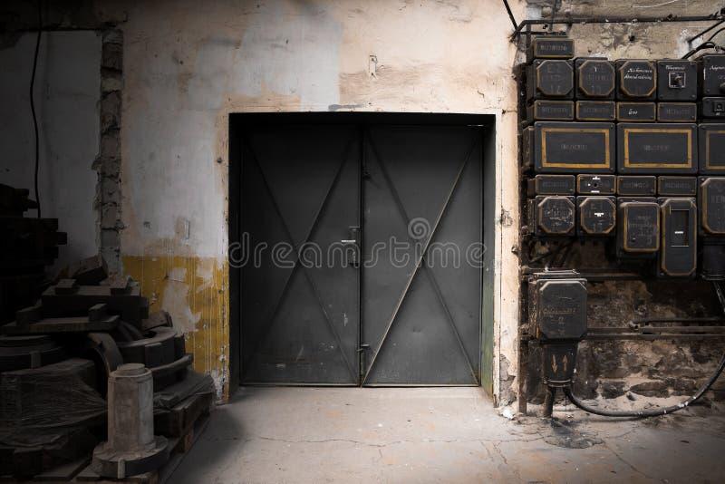Vieja puerta industrial del metal imagenes de archivo