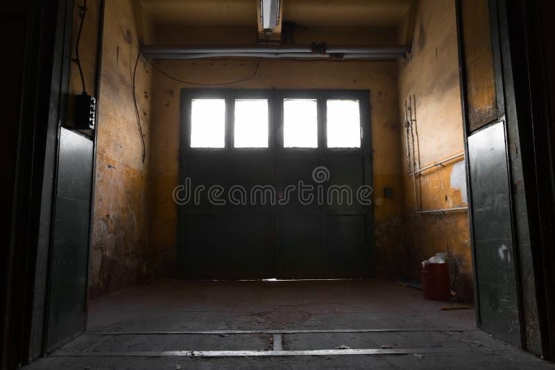 Vieja puerta industrial del metal imagen de archivo