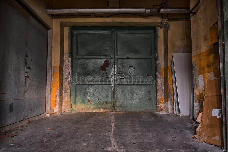 Vieja puerta industrial del metal fotografía de archivo