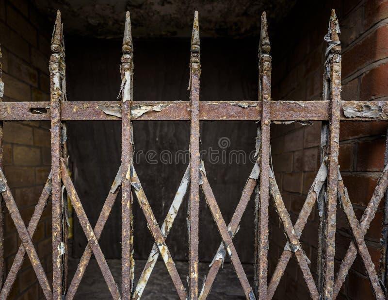 Vieja puerta oxidada del hierro imagenes de archivo