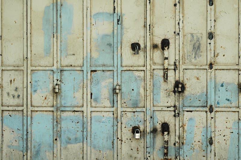 Vieja puerta oxidada del metal fotografía de archivo libre de regalías