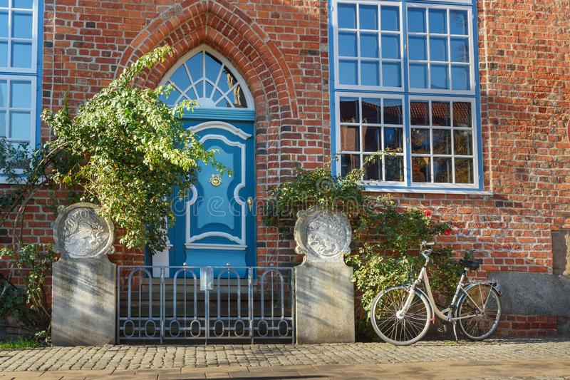Vieja puerta principal de madera azul en casa Luneburg alemania imagenes de archivo