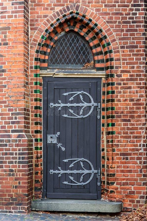 Vieja puerta principal de madera en casa Luneburg alemania imagen de archivo libre de regalías