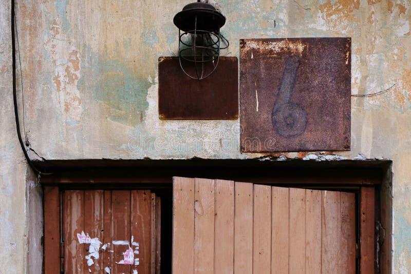 Vieja puerta tambaleante foto de archivo libre de regalías