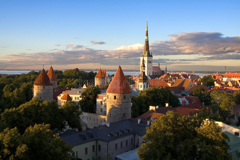 Vieja puesta del sol de la ciudad de Tallinn fotos de archivo libres de regalías