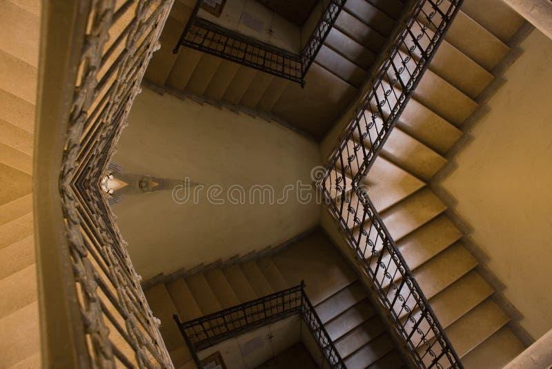 Vieja reflexión amarilla de la escalera imagenes de archivo