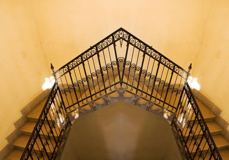 Vieja reflexión amarilla de la escalera fotografía de archivo libre de regalías