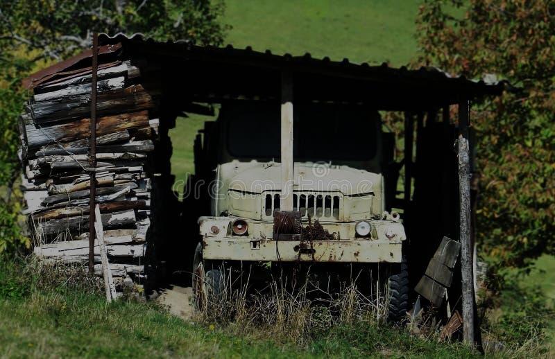 Vieja ruina del camión abandonada debajo del tejado imagenes de archivo
