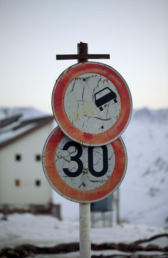 Vieja señal de tráfico prohibitoria sucia dos fotos de archivo