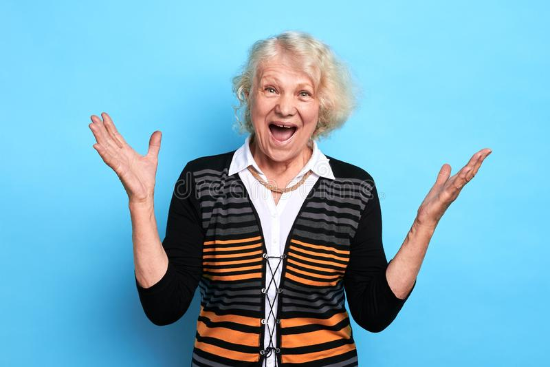 Vieja señora alegre emocionada que disfruta en las buenas noticias imágenes de archivo libres de regalías