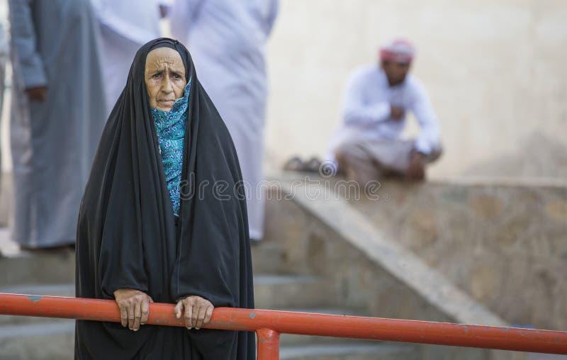 Vieja señora omaní en el mercado de Nizwa foto de archivo