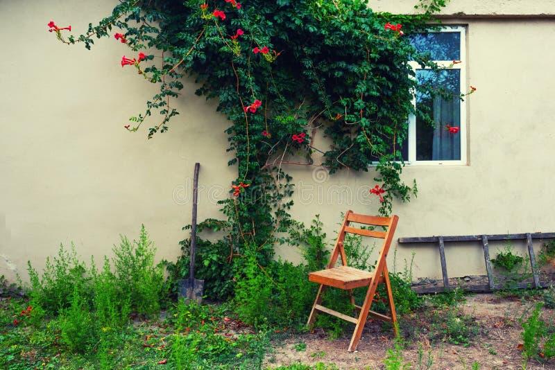 Vieja silla plegable de madera en el patio imagenes de archivo