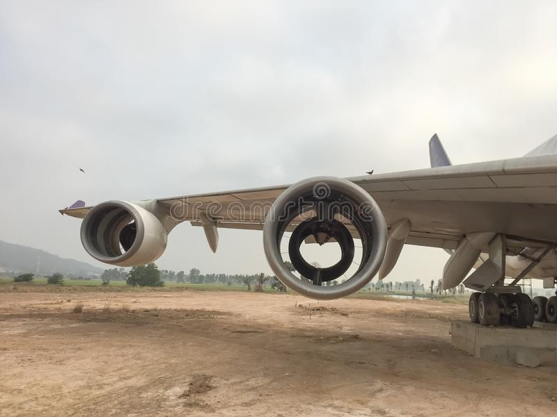 Vieja situación de la turbina del aeroplano en el aparcamiento del campo de aviación, estilo del vintage imágenes de archivo libres de regalías