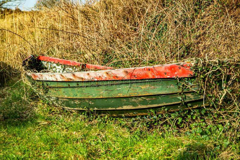 Vieja situación de madera abandonada y olvidada del barco que rema en el bosque imagen de archivo libre de regalías