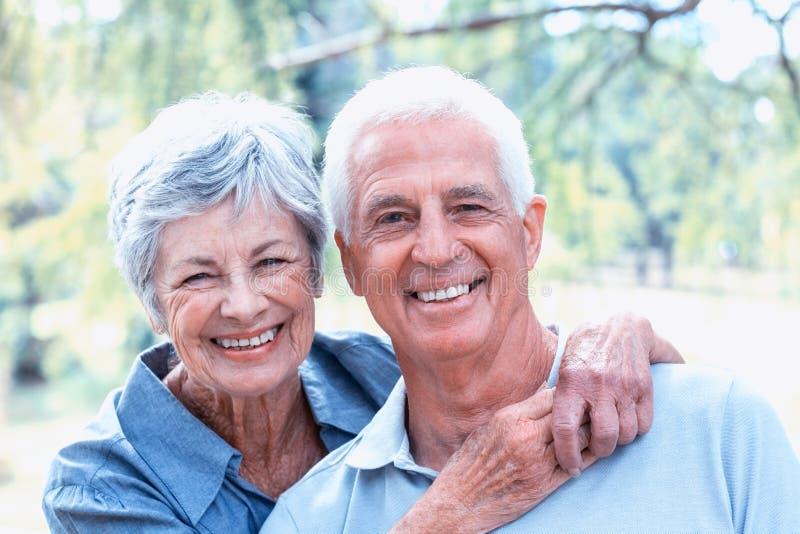 Vieja sonrisa feliz de los pares imagen de archivo