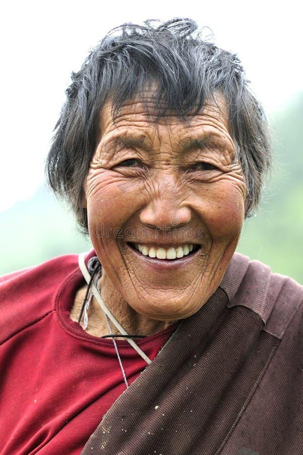 Vieja sonrisa tibetana de la mujer fotografía de archivo libre de regalías