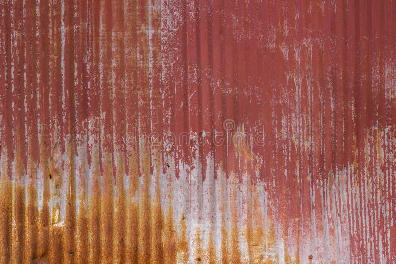 Vieja superficie o fondo surcada pintada rojo descolorada y aherrumbrada de metal imagenes de archivo