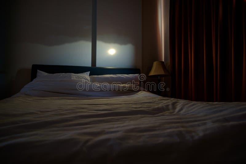 Vieja técnica de la fotografía, efecto del camera obscura sobre la pared del pequeño dormitorio Hay montañas y reflexión del sol foto de archivo