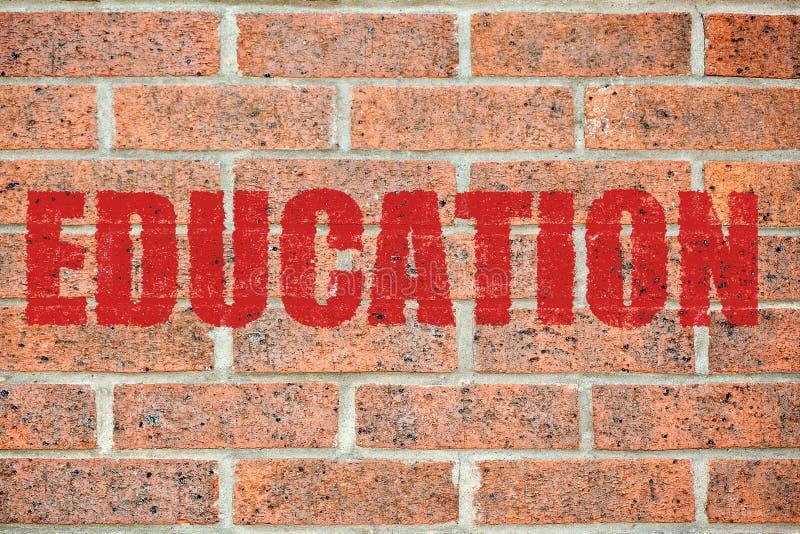 Vieja textura de la pared de ladrillo con la inscripción de la EDUCACIÓN foto de archivo libre de regalías