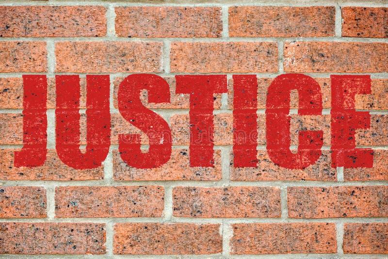 Vieja textura de la pared de ladrillo con la inscripción de la JUSTICIA fotografía de archivo libre de regalías