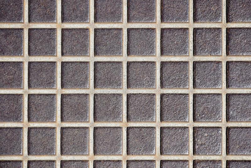 Vieja textura grabada en relieve del piso del metal, superficie en una jaula Piso oxidado del metal, suelo industrial foto de archivo