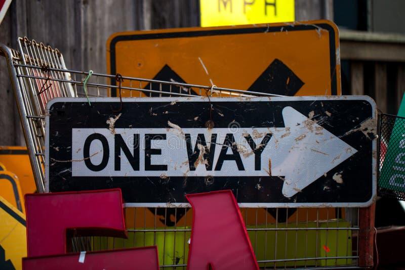 Vieja una muestra de la manera en el carro de la compra/la pila de viejas señales de tráfico fotos de archivo