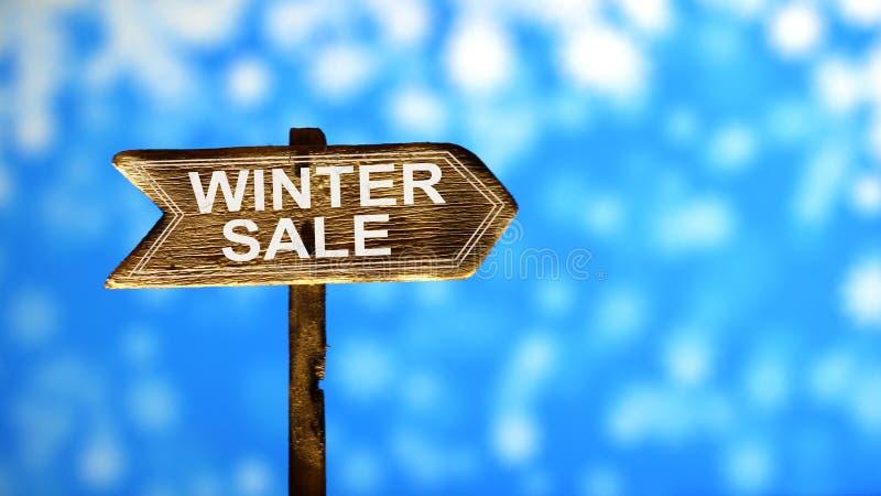 Vieja venta impresa del invierno del texto de la pintura, en señal de tráfico de madera de las flechas fotos de archivo libres de regalías