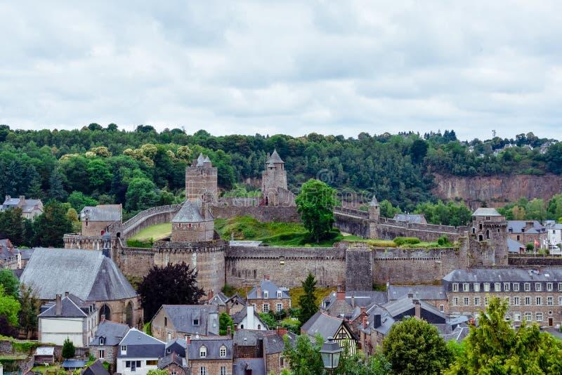 Vieja visita turística de excursión, castillo y fuerte de la ciudad de Fougeres Pueblo francés de Bretaña imagenes de archivo