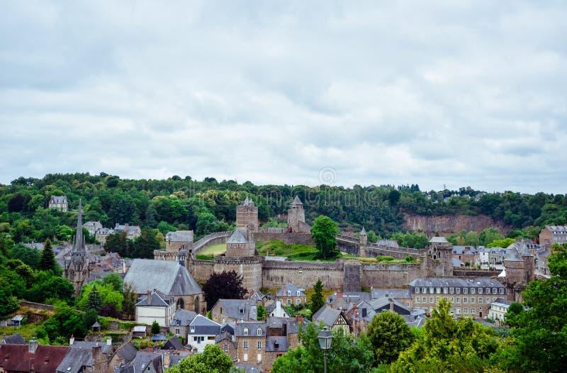 Vieja visita turística de excursión, castillo y fuerte de la ciudad de Fougeres Pueblo francés de Bretaña foto de archivo libre de regalías