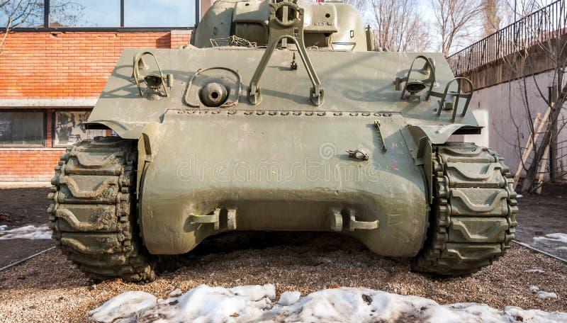 Vieja vista delantera del tanque de ejército usada por los militares servios en la guerra una WWI de Warld al aire libre delante  foto de archivo