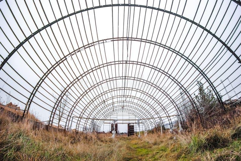 Vieja y abandonada construcción del hangar fotografía de archivo libre de regalías