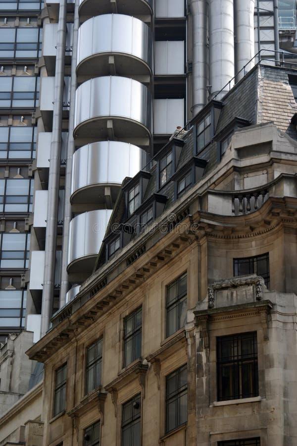 Vieja y nueva configuración en la ciudad de Londres imagenes de archivo