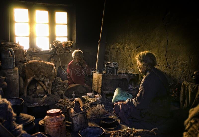 Vieja y pobre gente del pueblo de Korzok, Ladakh fotos de archivo libres de regalías