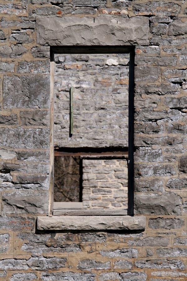 Viejas aperturas de la ventana fotografía de archivo