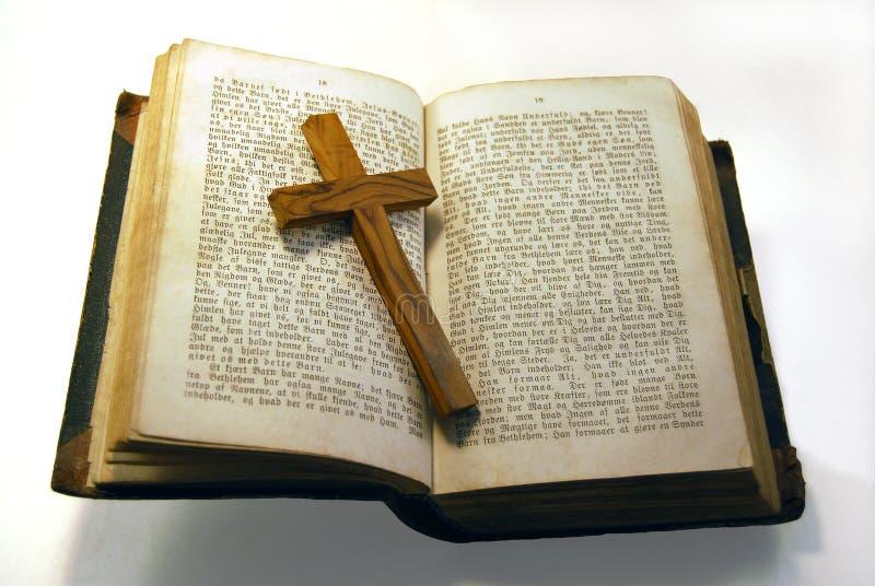 Viejas biblia y cruz foto de archivo
