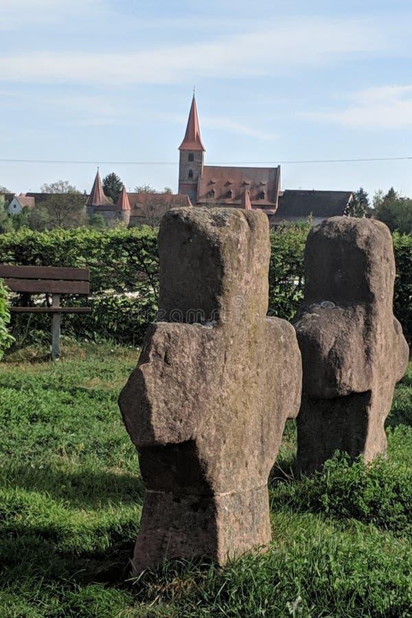 Viejas cruces de piedra y en la iglesia del fondo de Kraftshof imagen de archivo