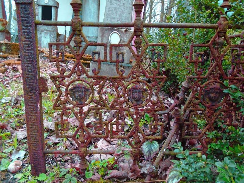 Viejas cruces forjadas y símbolos judíos fotografía de archivo